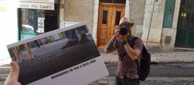 Edu e a capa do livro Moradores de Rua e Seus Cães (Foto: Renata Olivera)