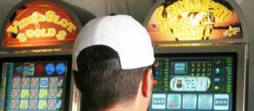 Il locale è stato sanzionato con 16 mila euro di multa e le slot machine sono state sequestrate.