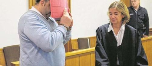 Niels H, el enfermero, tapándose la cara tras el juicio