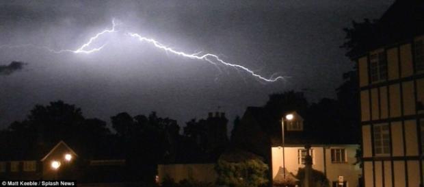 Fenómeno del monzón deja al menos 90 personas muertas