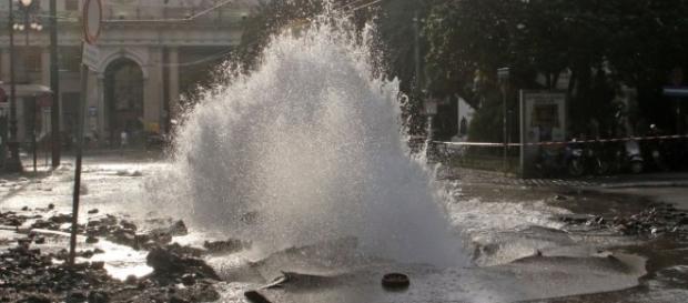 Il getto d'acqua che fuoriesce dalla tubatura davanti alla stazione di Principe.