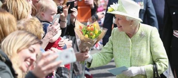 La reina Isabel II saludando a los brítánicos