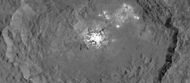 Luzes brilhantes em centenas de crateras impressionaram os pesquisadores