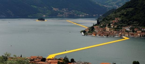 The Floating piers: migliaia in coda.