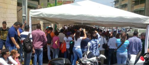 Diputado Tomás Guanipa animando a quienes esperaban para validar su firma