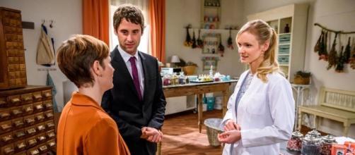 Sebastian mentre discute con Isabelle e Luisa.