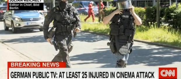 CNN exibe imagens da movimentação policial ao redor do cinema.