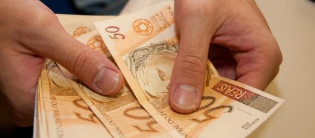 Denominações religiosas cobram dízimo com ameaças de devorador de finanças
