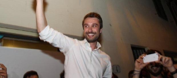 Lorenzo Falchi, nuovo sindaco di Sesto Fiorentino, mentre festeggia la vittoria elettorale