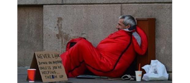 Morador de rua em situação de frio (Pixabay)