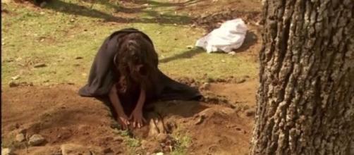 Ines comincia ad avere dubbi sulla morte della figlia e scava la fossa.