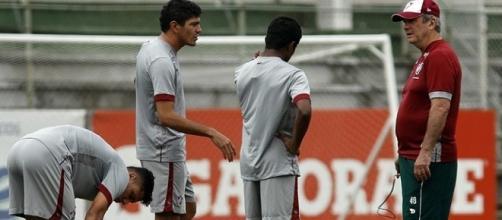 Levir (direita) orienta Maranhão (centro) e Édson (esquerda) em treino do Flu (Foto: Nelson Perez / Divulgação FFC)