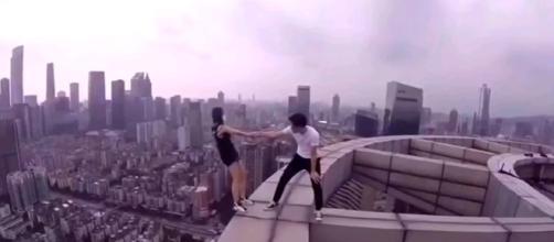 Jovenes arriesgan sus vidas al borde de un rascacielos. (Foto: Captura de YouTube)