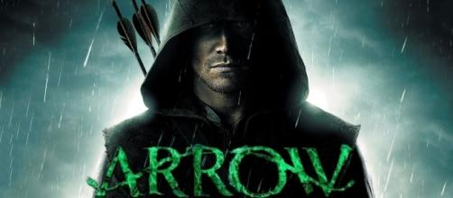 "Stephen Amell interpretando a Oliver Queen, ""Arrow""."
