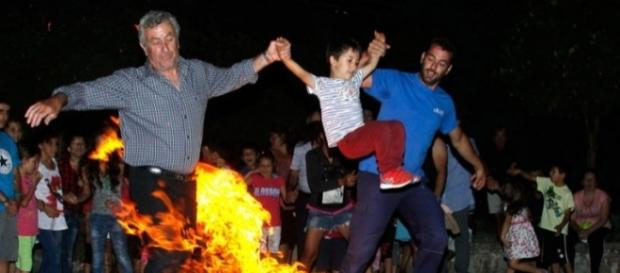 Habitantes da vila grega de Klidonas pulam a fogueira no dia de São João para se 'purificarem'