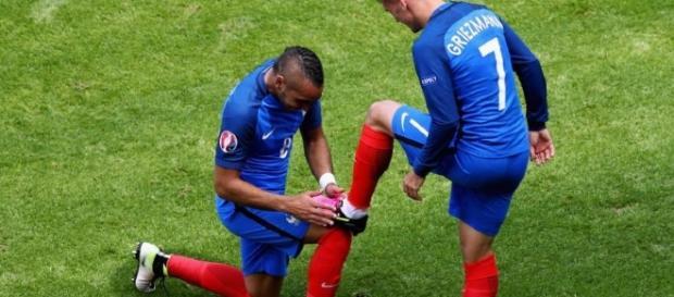 Griezmann e Payet comemoram o gol da classificação da França