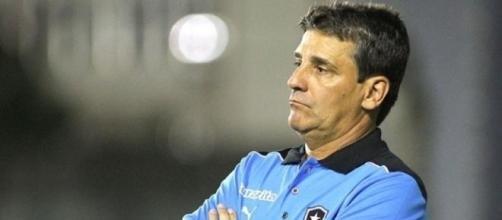 Ex-técnico do Botafogo, Hungaro, aciona a justiça contra o clube