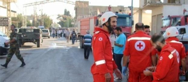 Bomberos trabajando en el área donde ha ocurrido el ataque