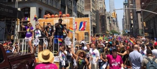 Desfile del Orgullo Gay de Nueva York este fin de semana con gente de la NBA en alguna de las carrozas.