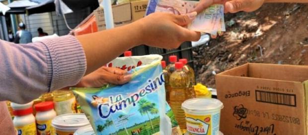 La comida se puede conseguir aun más facilidad en centros clandestinos, que en los mismos supermercados, pero a precios exorbitantes.