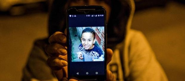 Menino foi morto pela polícia com um tiro na nuca