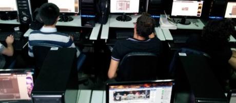 Los jugadores 'profesionales' de HaxBall White Night en sus cibersalas ubicadas en CABA.