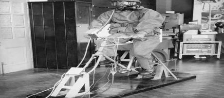 Voluntário testa respirador e roupa de proteção dos anos 60 (GETTY)
