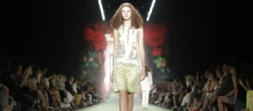 una modella indossa in passerella una creazione di Michael Cain.