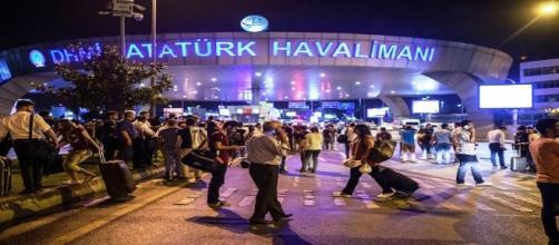 Il caos davanti all'aeroporto Ataturk di Istanbul