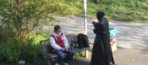 loschi figuri si intrattengono in un parco alla periferia di Berlino