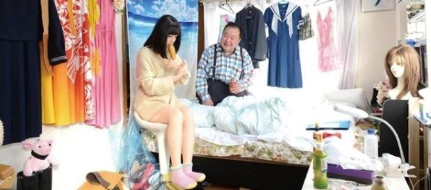 Homem vive com boneca inflável e até a leva ao shopping
