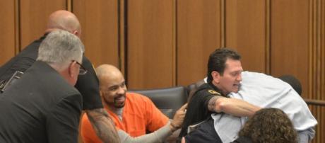 Serial killer ride durante processo