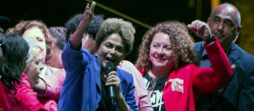 Dilma Rousseff participando de manifestação