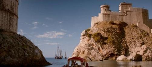 Una escena de 'Juego de Tronos' con la Fortaleza Roja de fondo