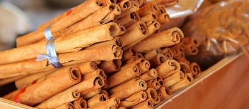 Bundles of aromatic cinnamon sticks / Photo via Pixabay