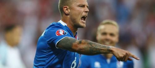 Ragnar Sigurdsson marcou um dos gols da vitória sobre a Inglaterra
