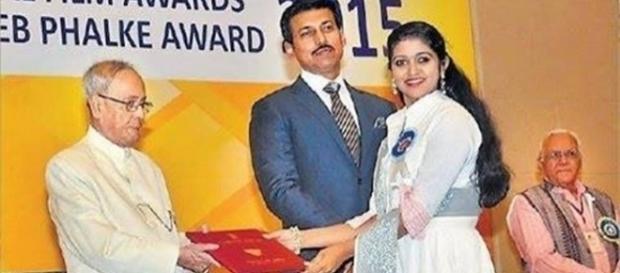 'Sairat' actress recieves award (Twitter)