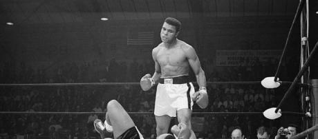 """Ali en uno de sus famosos combates, """"bailaba"""" en el ring"""