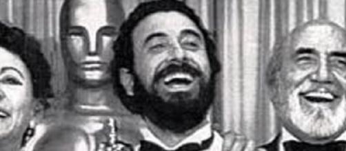 José Luis Garci con Encarna Paso y Antonio Ferrandis recogiendo el Óscar en 1983.