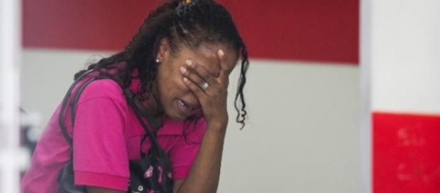 Mãe de menino chora ao dar entrevista
