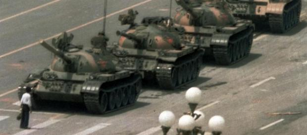 Tank Man simbolul manifestațiilor studențești din Piața Tiananmen