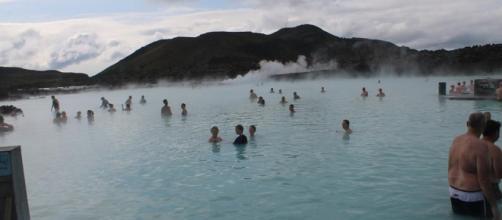 A Lagoa Azul é uma das grandes atrações para quem visita a Islândia.