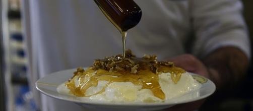 Atenas: cozinheiro serve iogurte com mel e nozes em restaurante