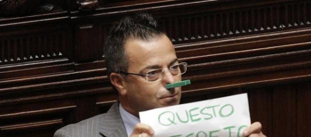 Foto di Gianluca Buonanno durante una seduta in parlamento