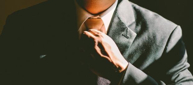 https://pixabay.com/en/tie-necktie-adjust-adjusting-man-690084/