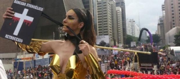 Transexual perde papel por protesto