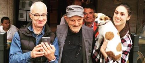 Cecilia Rodriguez con il cane ritrovato davanti ad un bar di Milano