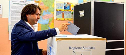 Corrado Figura ripreso mentre vota