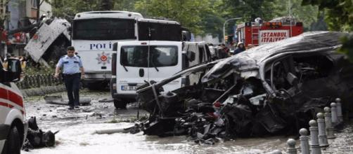 Policial turco perto do carro-bomba (créditos: jn.pt)
