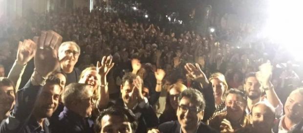 Giuseppe Tanisi in mezzo alla folla festante.